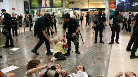 Los Mossos desalojan a 80 personas que hacían una sentada en la estación de Sants