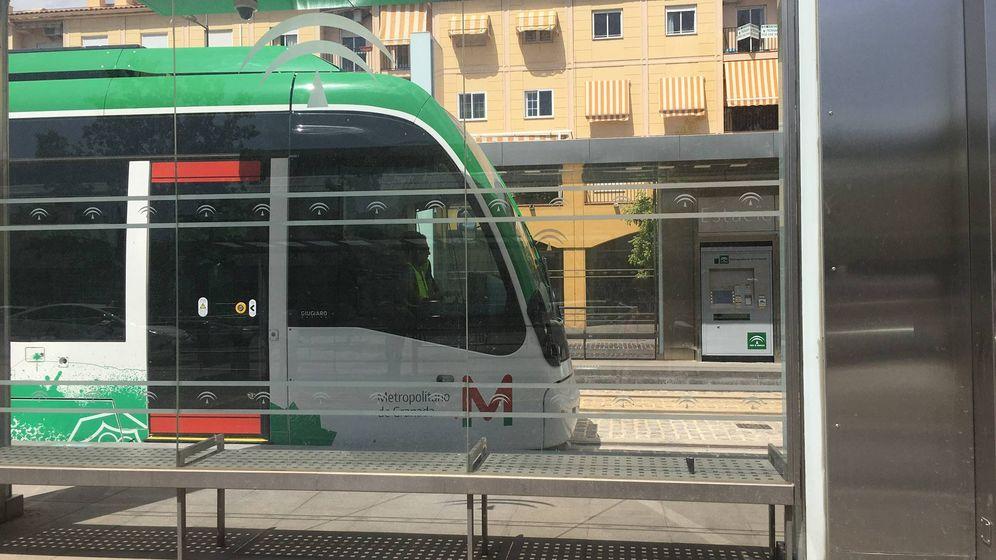 Foto: El Metro de Granada a su paso por la parada de la estación de autobuses. (Agustín Rivera)