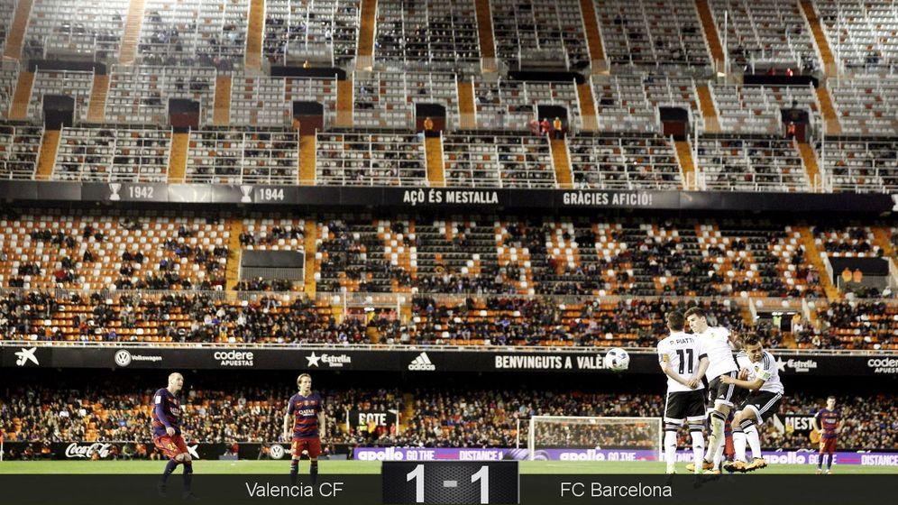 Foto: Espectacular imagen de la grada casi vacía de Mestalla (EFE).