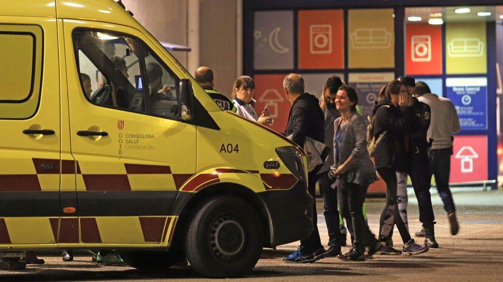 Foto: Una ambulancia atiende a una mujer que fue apuñalada en Palma de Mallorca (EFE)