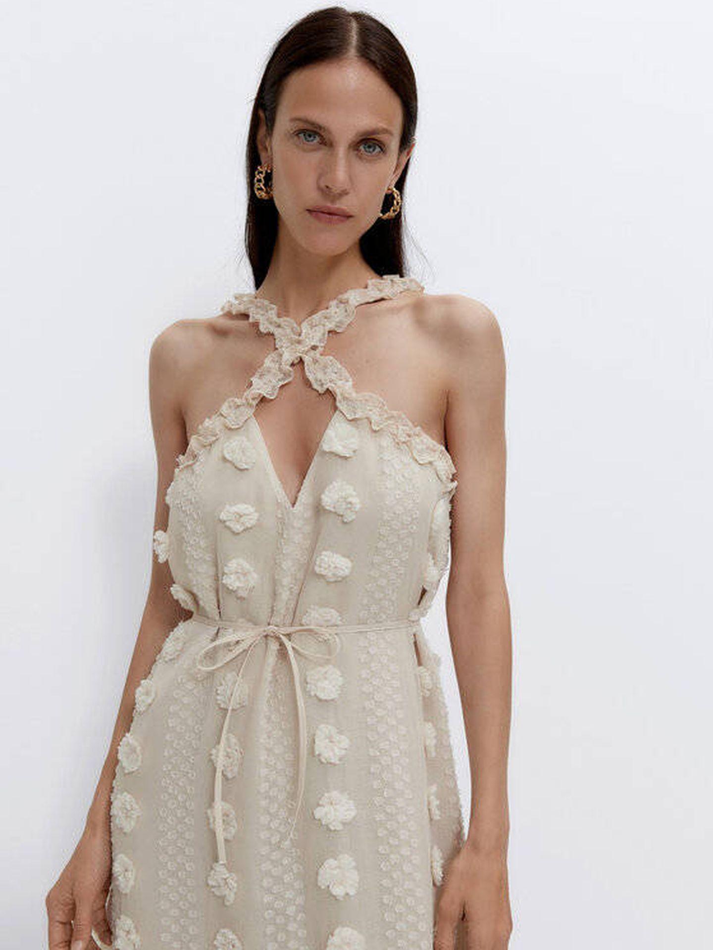 Vestido plumeti de Uterqüe. (Cortesía)