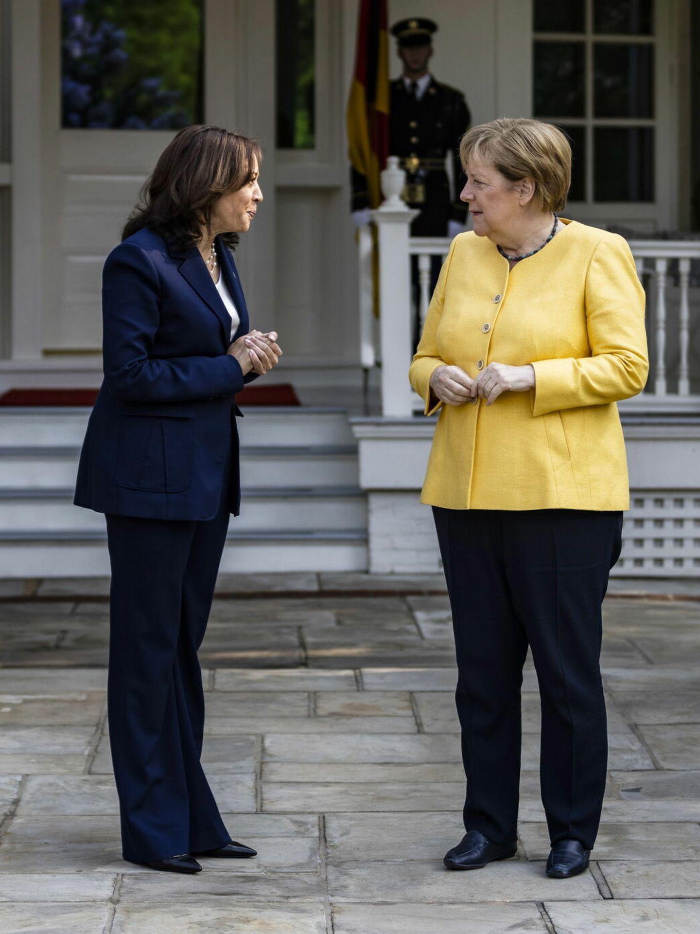 Kamala Harris da la bienvenida a Angela Merkel para un desayuno de trabajo. (EFE)
