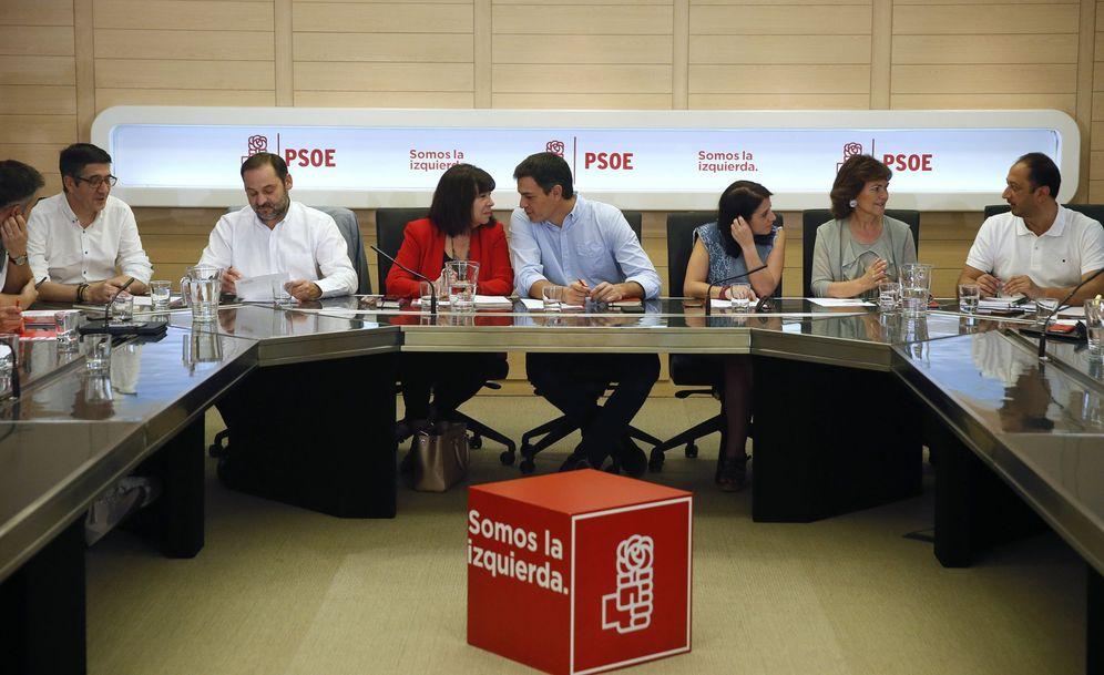 Foto: Pedro Sánchez charla con Cristina Narbona minutos antes del comienzo de la permanente de la ejecutiva federal de este 3 de julio. (EFE)