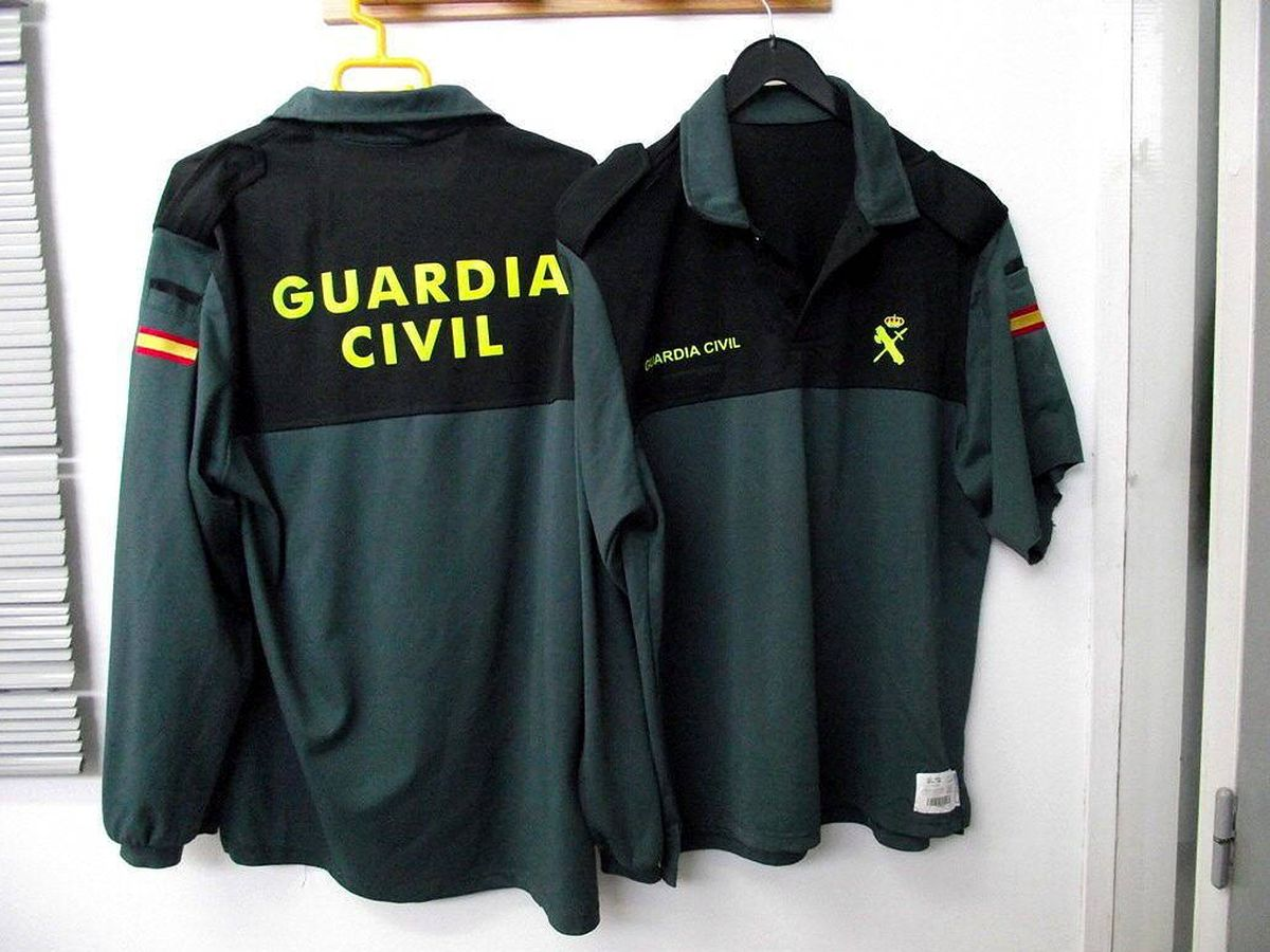 Foto: Foto de archivo de uniformes de la Guardia Civil falsificados. (EFE)