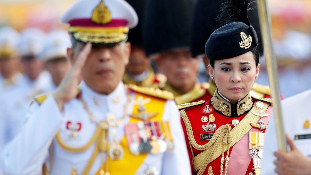 Foto: El rey junto a su esposa, la reina Shutida. (Efe)