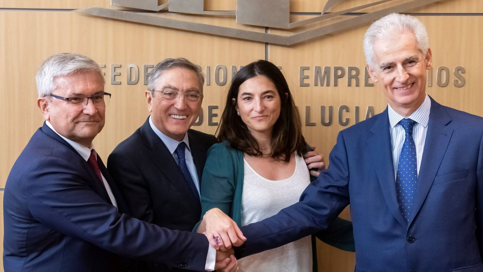 Foto: Manuel Huertas (Airbus), Ginés y María Eugenia Clemente (Aciturri) y Bartolomé Lora (SEPI), en Sevilla. (EFE)
