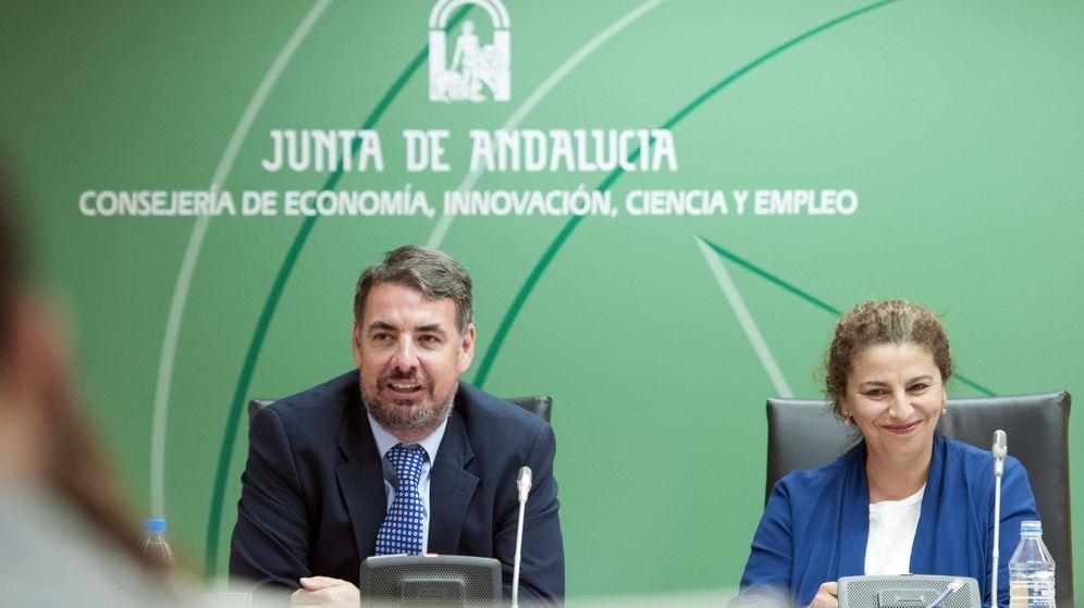 Foto: La directora general de Industria, Energía y Minas, María José Asensio (d), junto al secretario general de Industria y Energía, Vicente Fernández. (EFE)