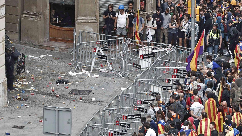 Protección ante la comisaria de la Policía Nacional en Barcelona. (EFE)