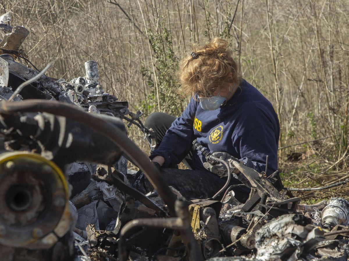 Foto: Un agente en el lugar del accidente del helicóptero de Kobe Bryant. (EFE)