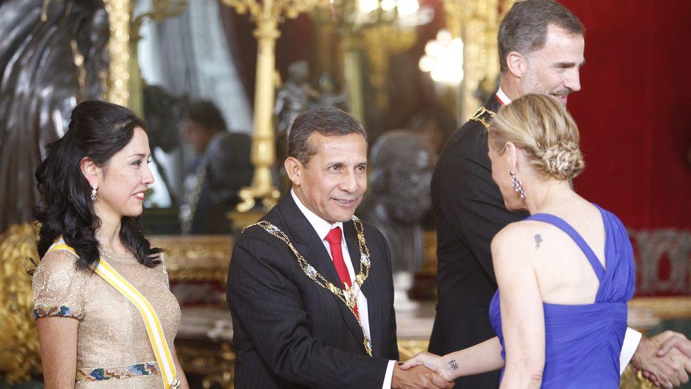 El tatuaje en el hombro de Cifuentes y otros detalles de la cena de gala en el Palacio Real