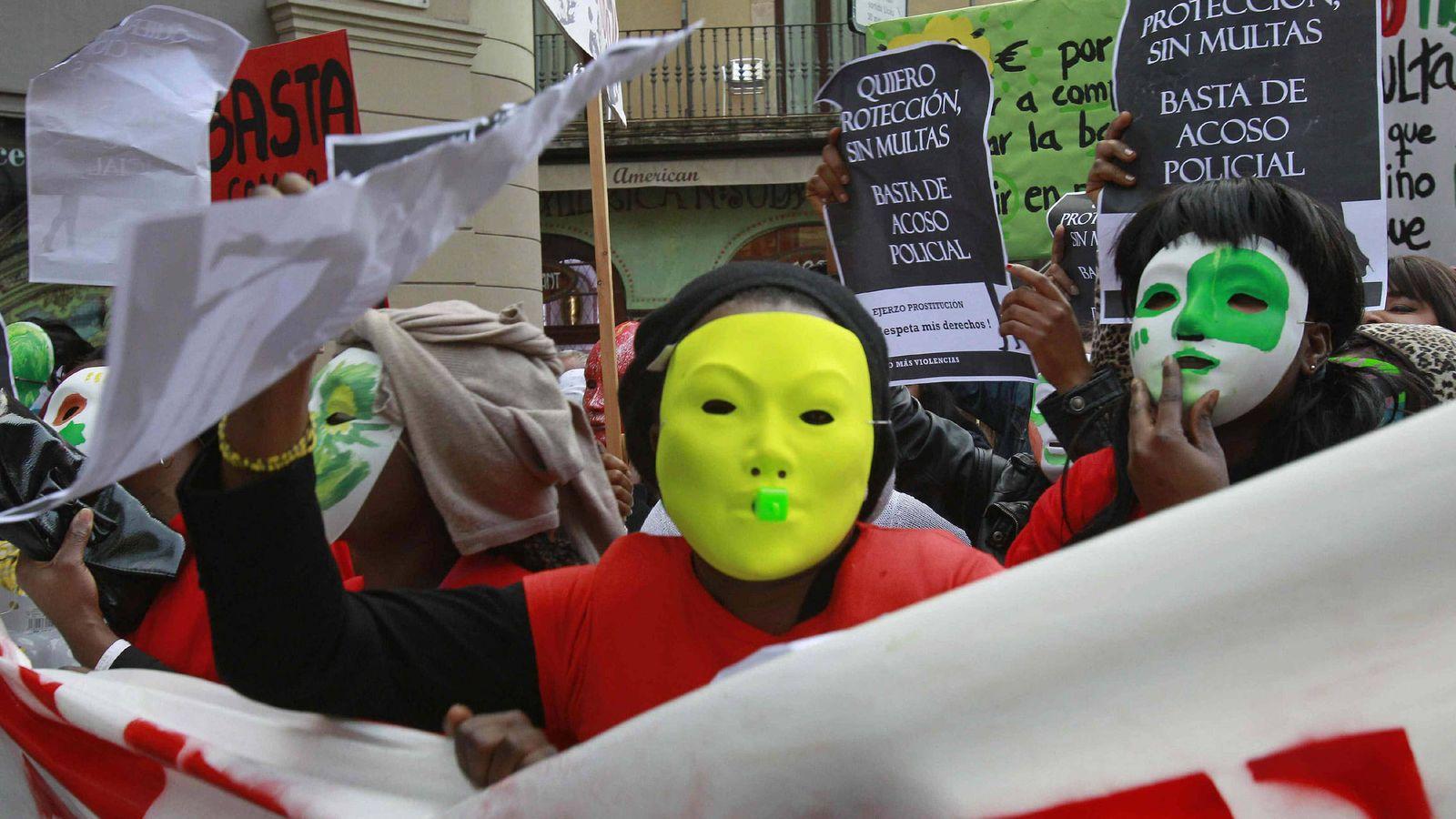 Foto: Trabajadoras sexuales protestan en Barcelona por el acoso pocial. (EFE)