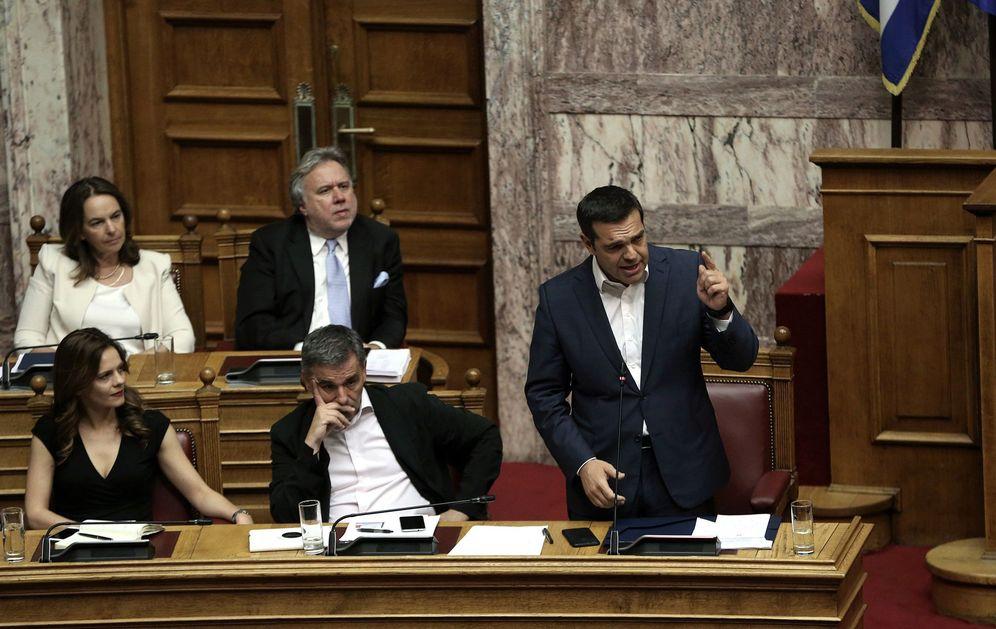 Foto: Alexis Tsipras atiende una sesión parlamentaria para debatir sobre las últimas medidas de reforma previas a la salida del rescate. (EFE)