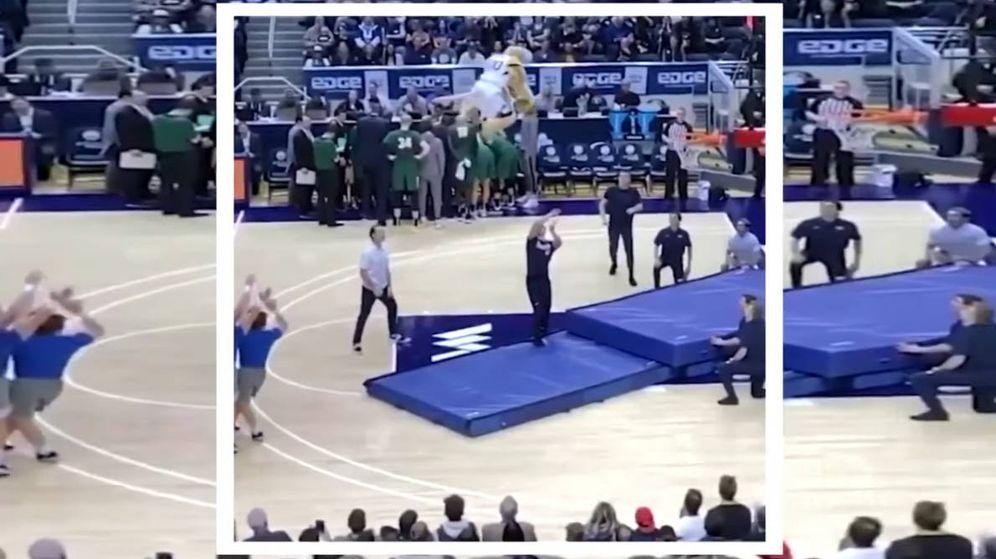 Foto: Cosmo salió lanzado desde la línea de tres puntos y machacó el aro contrario tras un vuelo alucinante (Foto: YouTube)