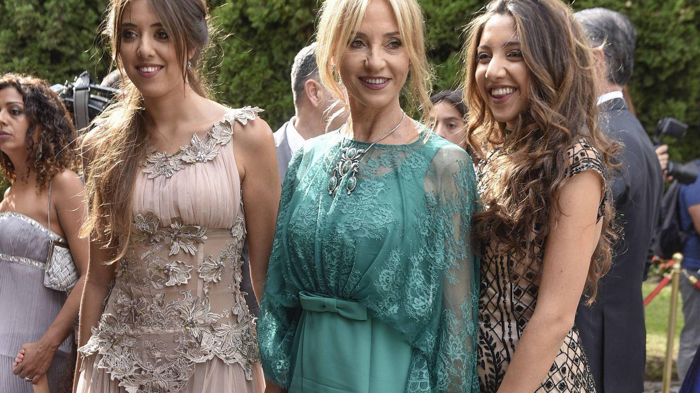 Mariola Orellana entre Marina (izda) y Lucía Carmona, sus hijas. (Gtres)
