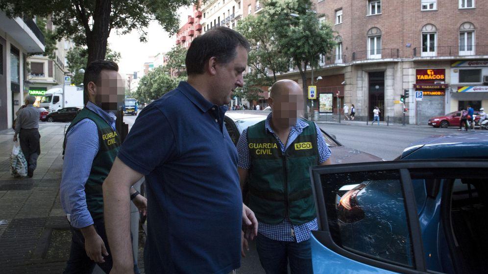 Foto: Gorka Villar, hijo del presidente de la Federación Española de Fútbol (RFEF), Ángel María Villar, a su salida del despacho de Sport Advisers acompañado por la Guardia Civil. (EFE)