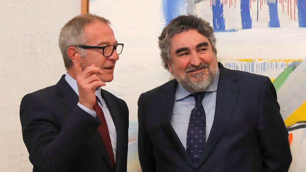 Foto: José Manuel Rodríguez Uribes (derecha), junto a su antecesor, José Guirao (EFE)
