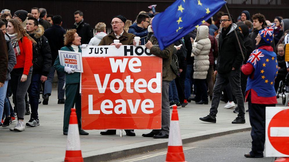 Foto: Manifestantes defienden la salida de Reino Unido de la UE. (Reuters)