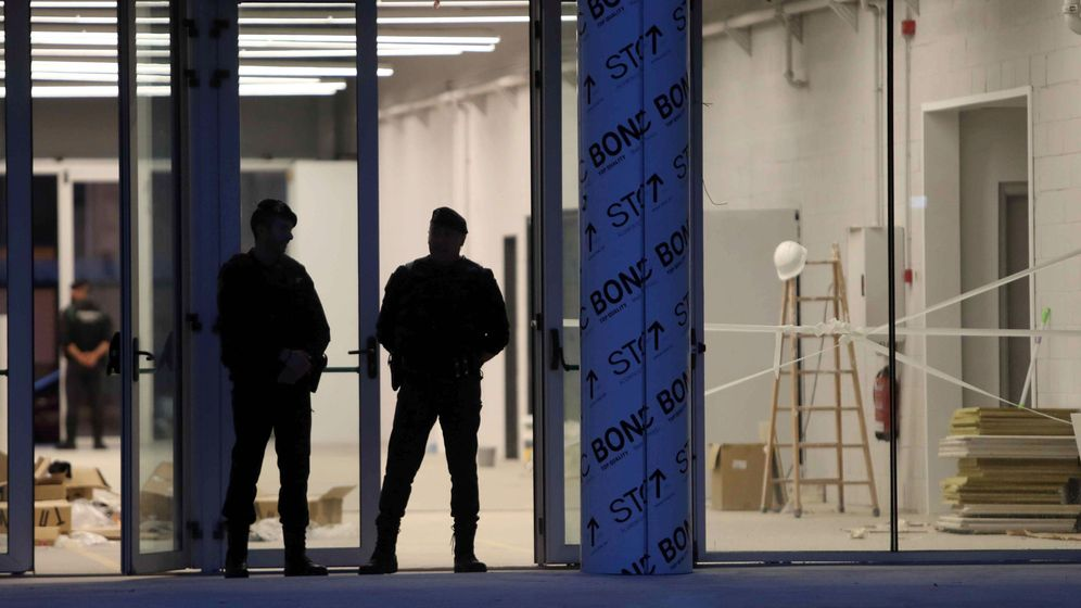 Foto: Agentes de la Guardia Civil, en el Centro de Seguridad de la Información de Cataluña. (EFE)