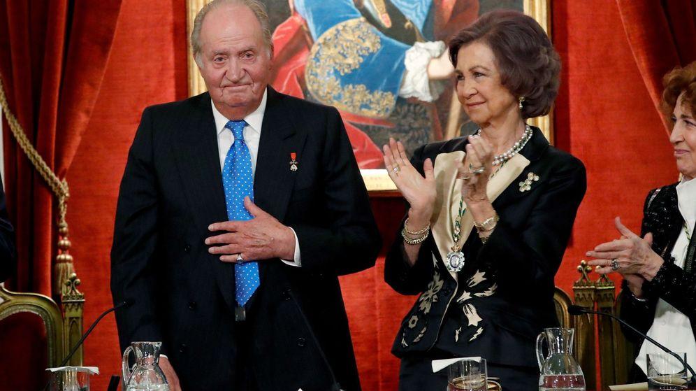Foto: El rey Juan Carlos junto a la reina Sofía, durante el acto académico con el que la Real Academia de la Historia. (EFE)
