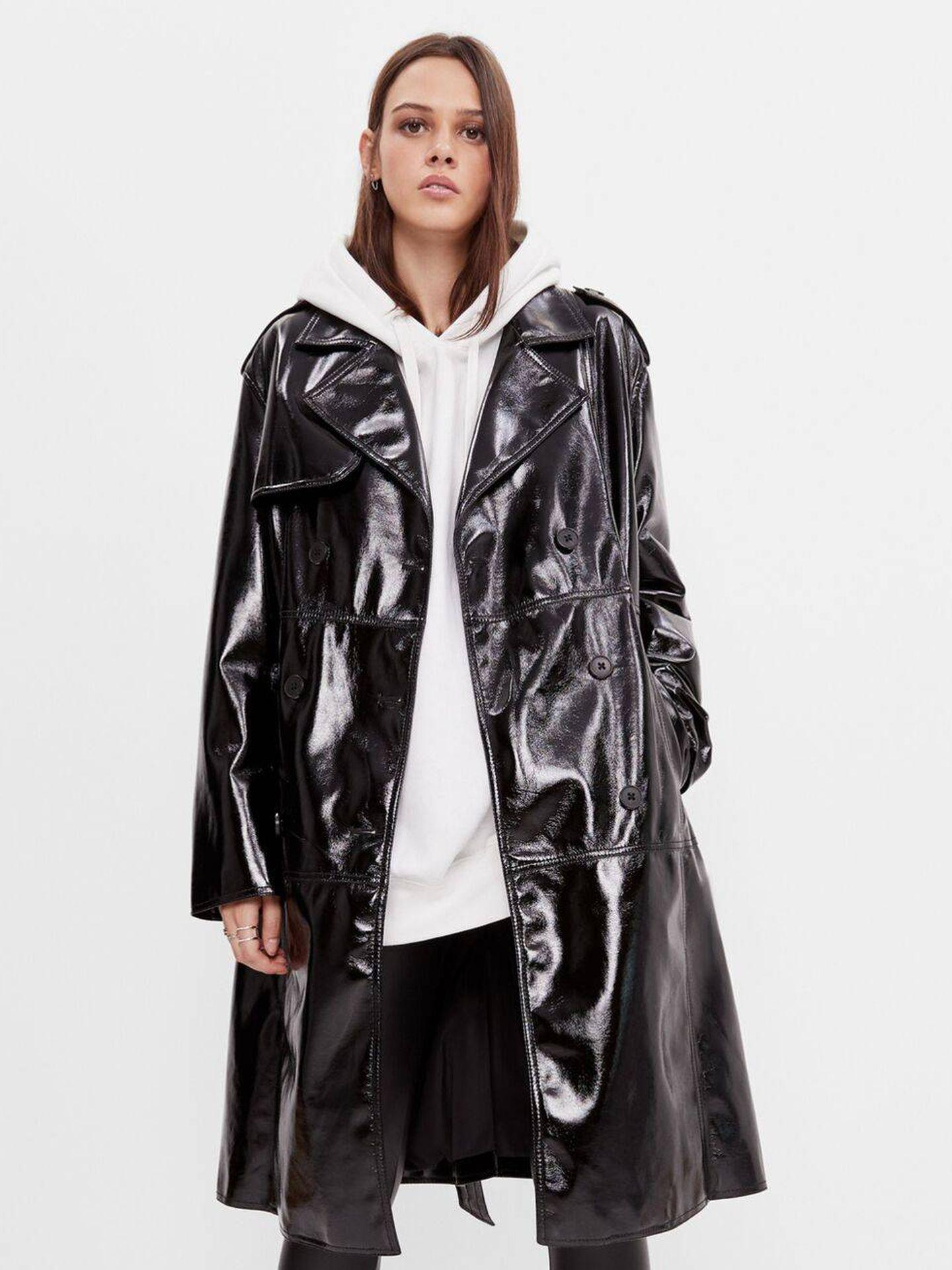 El abrigo de vinilo de Bershka. (Cortesía)