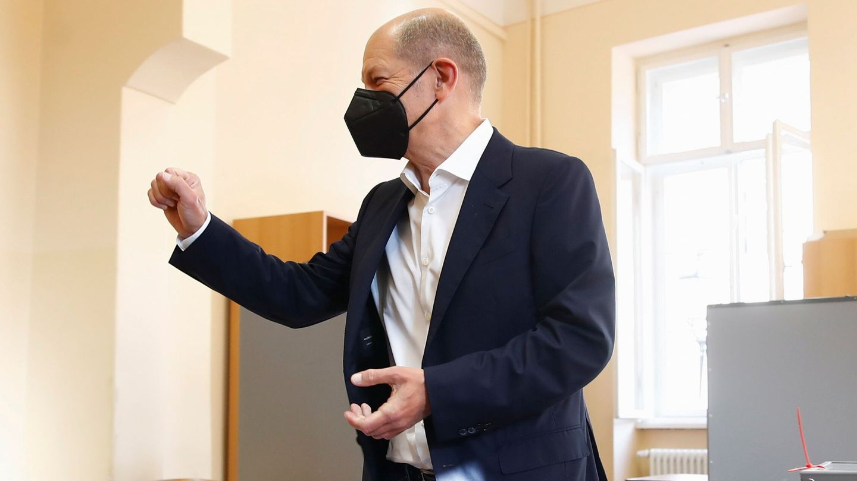 Olaf Scholz acude a votar. (Reuters)