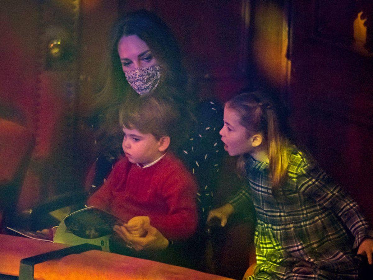 Foto: Kate Middleton, con Louis y Charlotte en el teatro. (Getty)