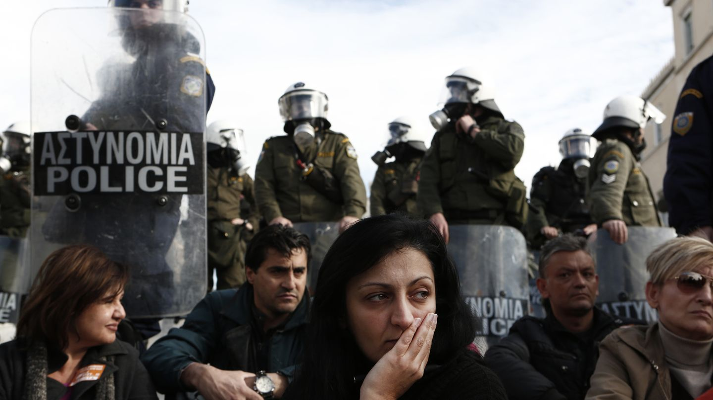 Trabajadores municipales de Atenas protestan contra los recortes exigidos por líderes internacionales (Reuters).