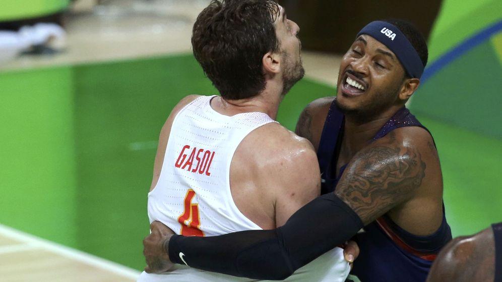 Foto: Gasol y Carmelo Anthony forcejean (Reuters)