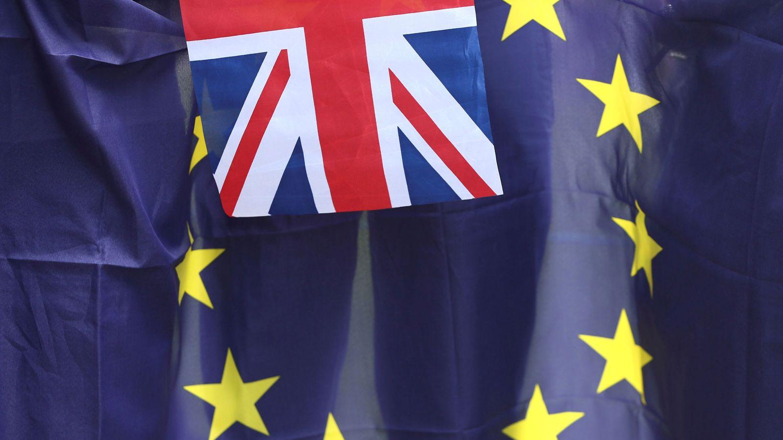 Foto: Las banderas de Reino Unido y la UE. (Reuters)