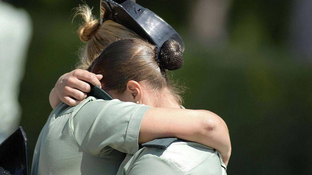 Foto: Dos agentes de la Guardia Civil se funden en un abrazo. (EFE)