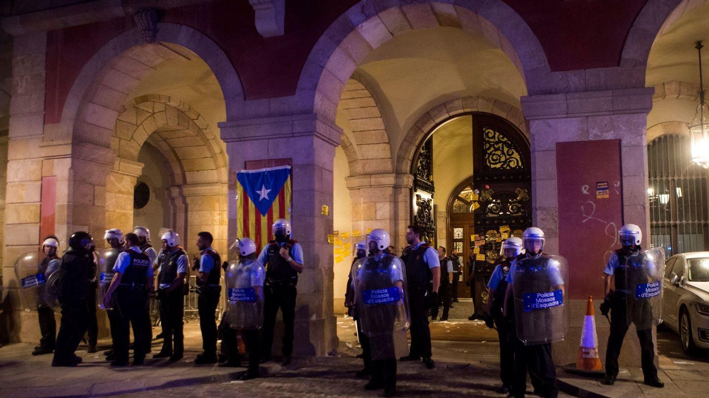 Momento en el que los 'mossos' recuperan el Parlament. (Reuters)
