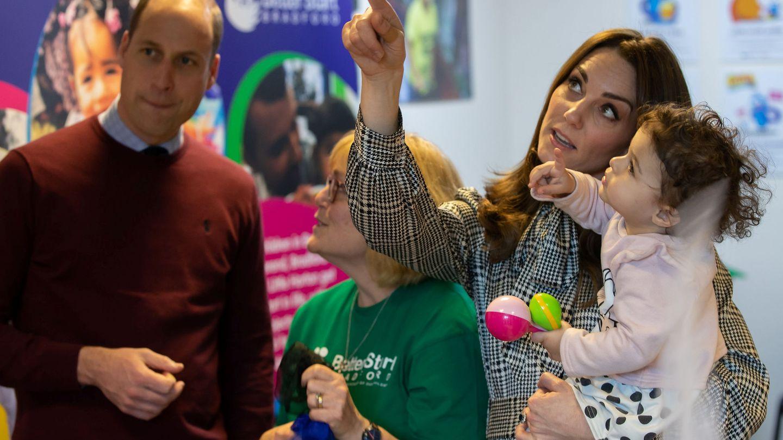Kate, jugando con una niña en Bradford. (Reuters)