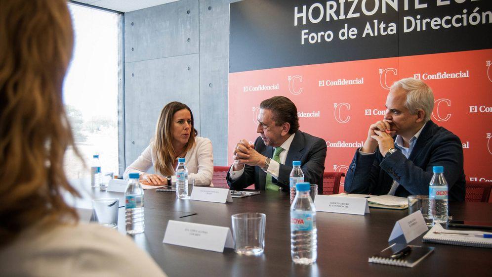 Foto: Leticia Rodríguez, de PwC; Juan Ignacio Güenechea, de Cofares, y Alberto Artero, de El Confidencial. (Carmen Castellón)