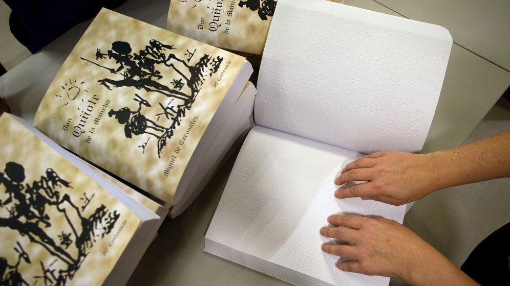 Foto: Una persona invidente lee el Quijote en braille. (EFE)