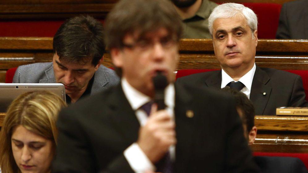 Foto: Germà Gordó escuchando la intervención del presidente de la Generalitat, Carles Puigdemont. (Efe)
