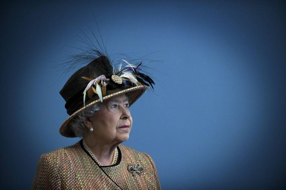 Foto: La reina Isabel II, en el interior del King's College, en Londres. (Reuters)