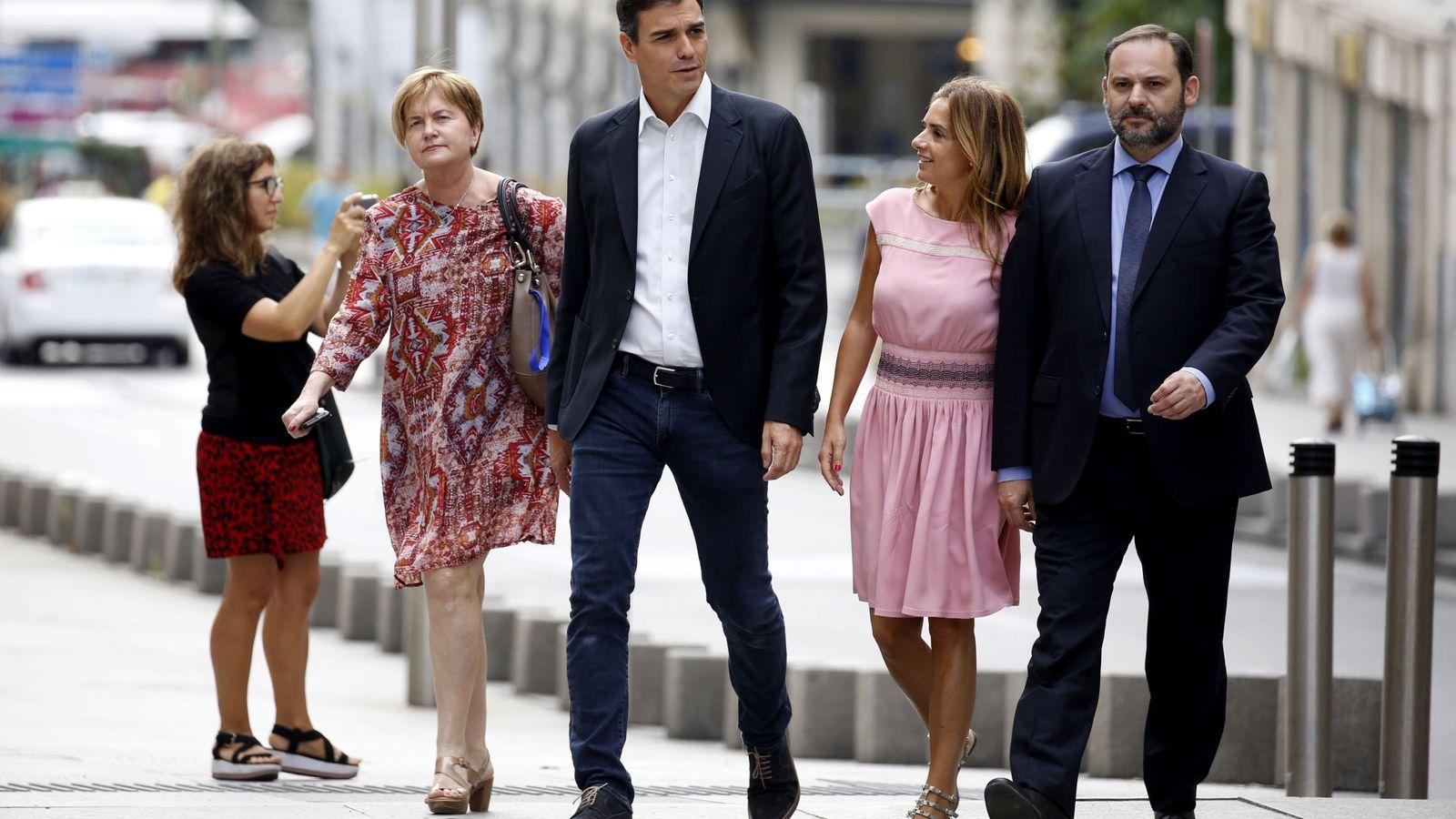 Foto: Isaura Leal, Susana Sumelzo y José Luis Ábalos, miembros de la ejecutiva federal, acompañan a Pedro Sánchez al Congreso el pasado 20 de junio. (EFE)