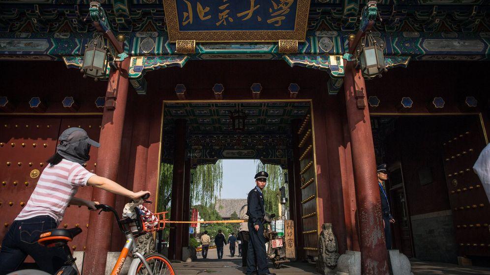 Foto: Personal de seguridad monta guardia en la entrada de la Universidad de Pekín, el 26 de abril de 2018. (EFE)