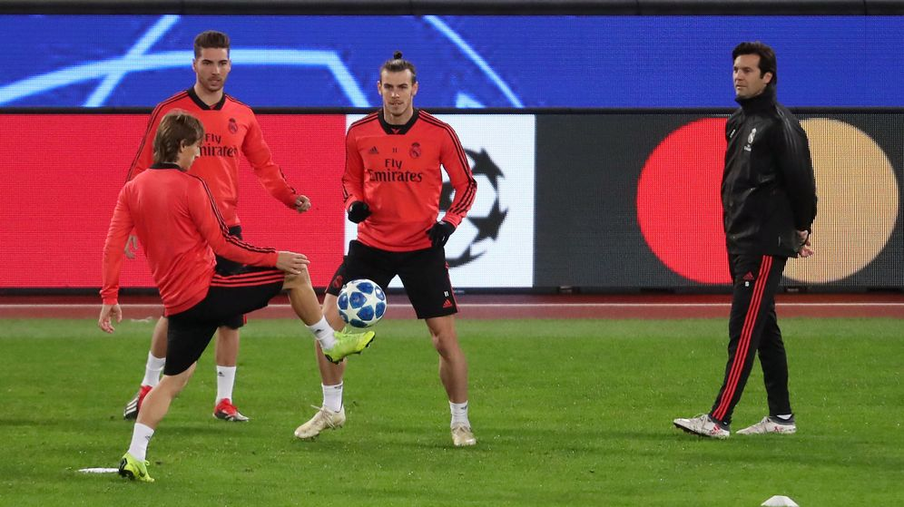 Foto: Solari observa a Modric durante el entrenamiento del Real Madrid en el Olímpico de Roma. (Efe)
