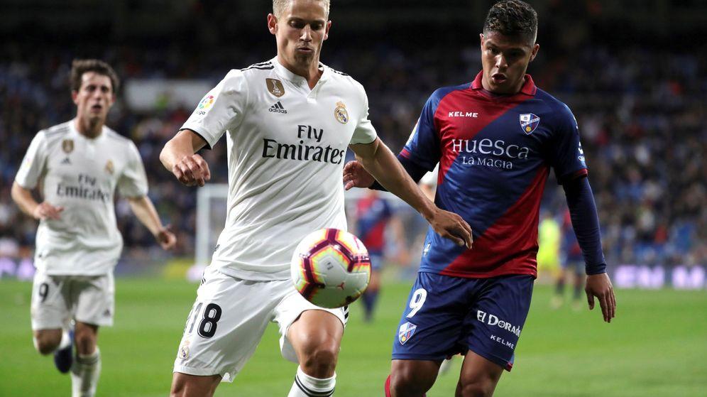 Foto: Marcos Llorente disputa un balón en un partido contra el Huesca en el Bernabéu. (EFE)