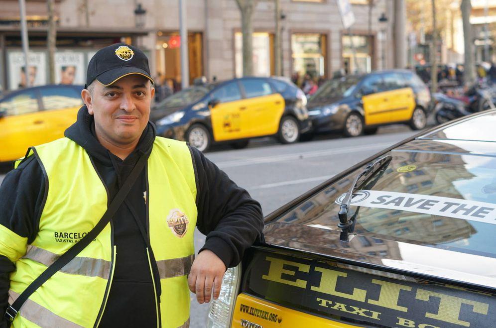 Foto: Tito posa junto a un taxi de la asociación Élite. (M. Mcloughlin)