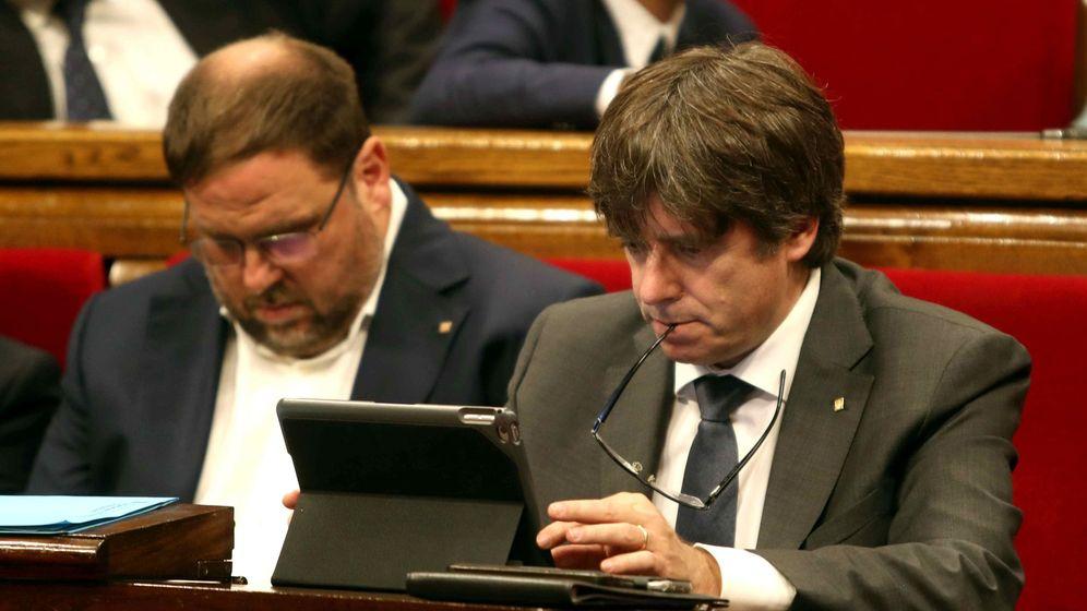 Foto: El presidente de la Generalitat, Carles Puigdemont (d), junto al vicepresidente del Govern, Oriol Junqueras (i), durante un receso del pleno. (EFE)