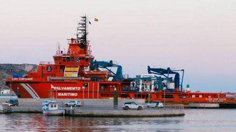 Dos tripulantes rescatados de un pesquero hundido en la costa de Navia (Asturias)