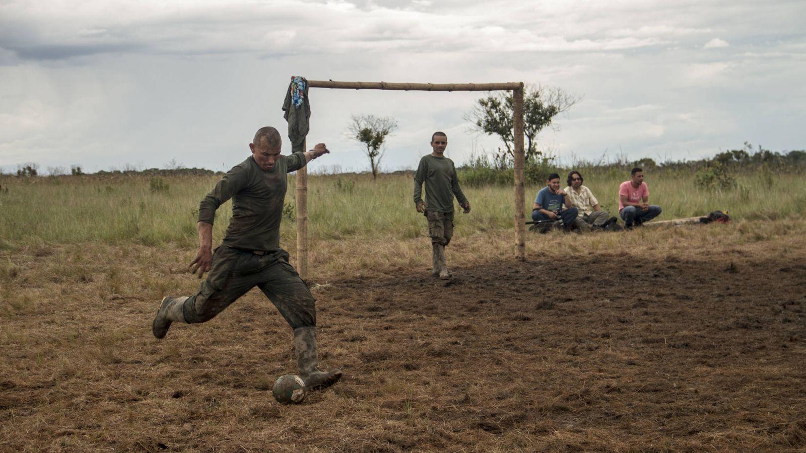 Resultado de imagen para futbol en campamento de la FArc