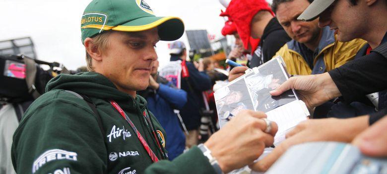 Foto: Heikki Kovalainen firmando autógrafos con el uniforme de Caterham.