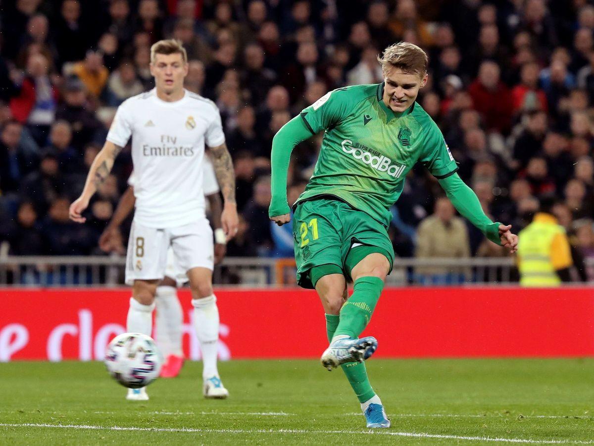 Foto: Martin Odegaard en el disparo que acabó en el gol de la Real Sociedad. (Efe)