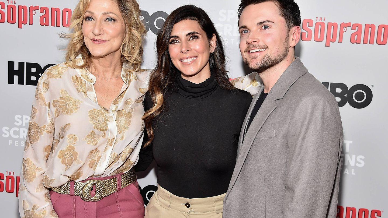Jamie-Lynn Sigler junto a sus compañeros en 'Los Soprano', Edie Falco y Robert Iler. (Getty)