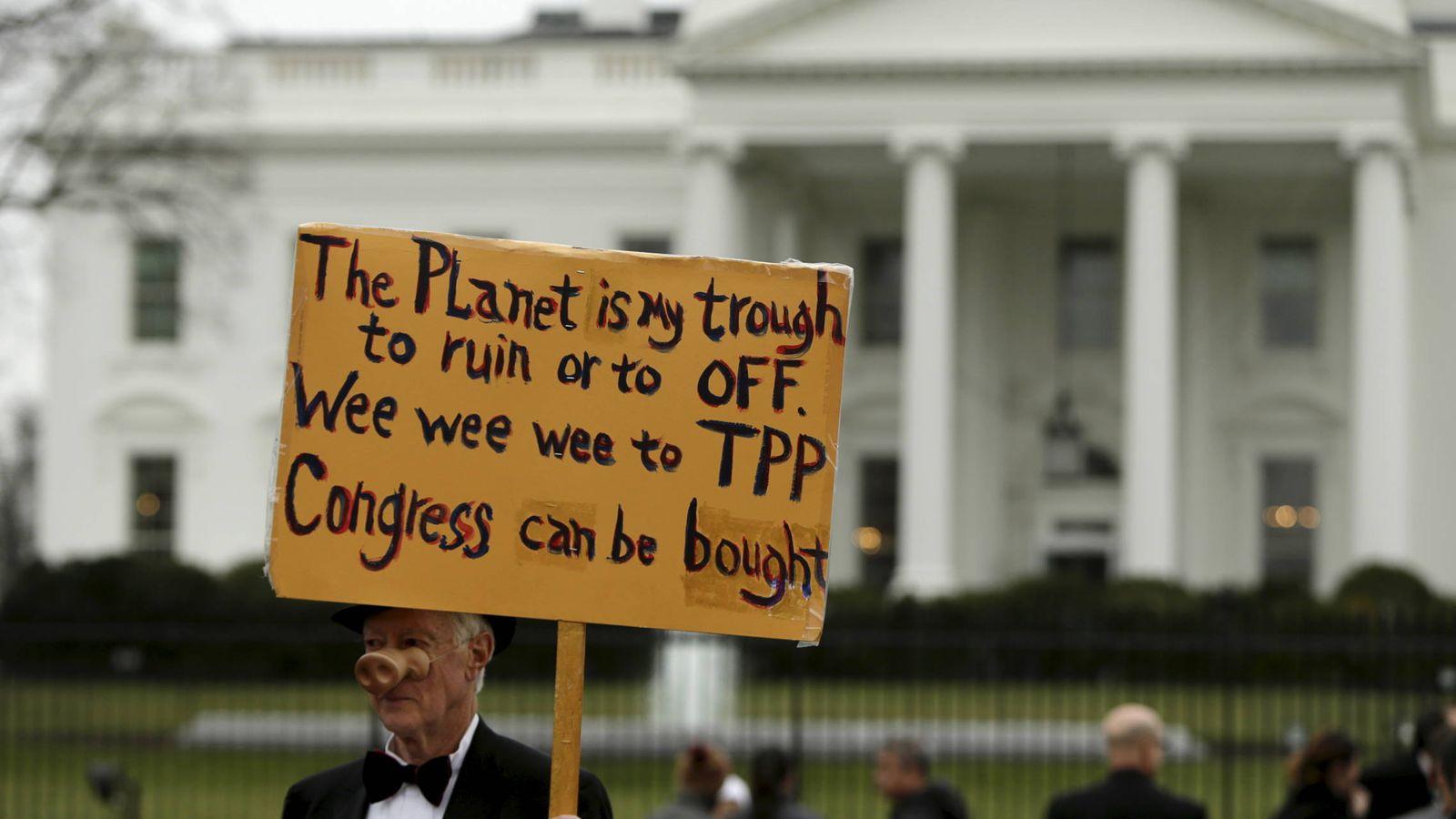 Foto: Un opositor al TPP se manifiesta contra el acuerdo ante la Casa Blanca, en Washington, el 3 de febrero de 2016 (Reuters).