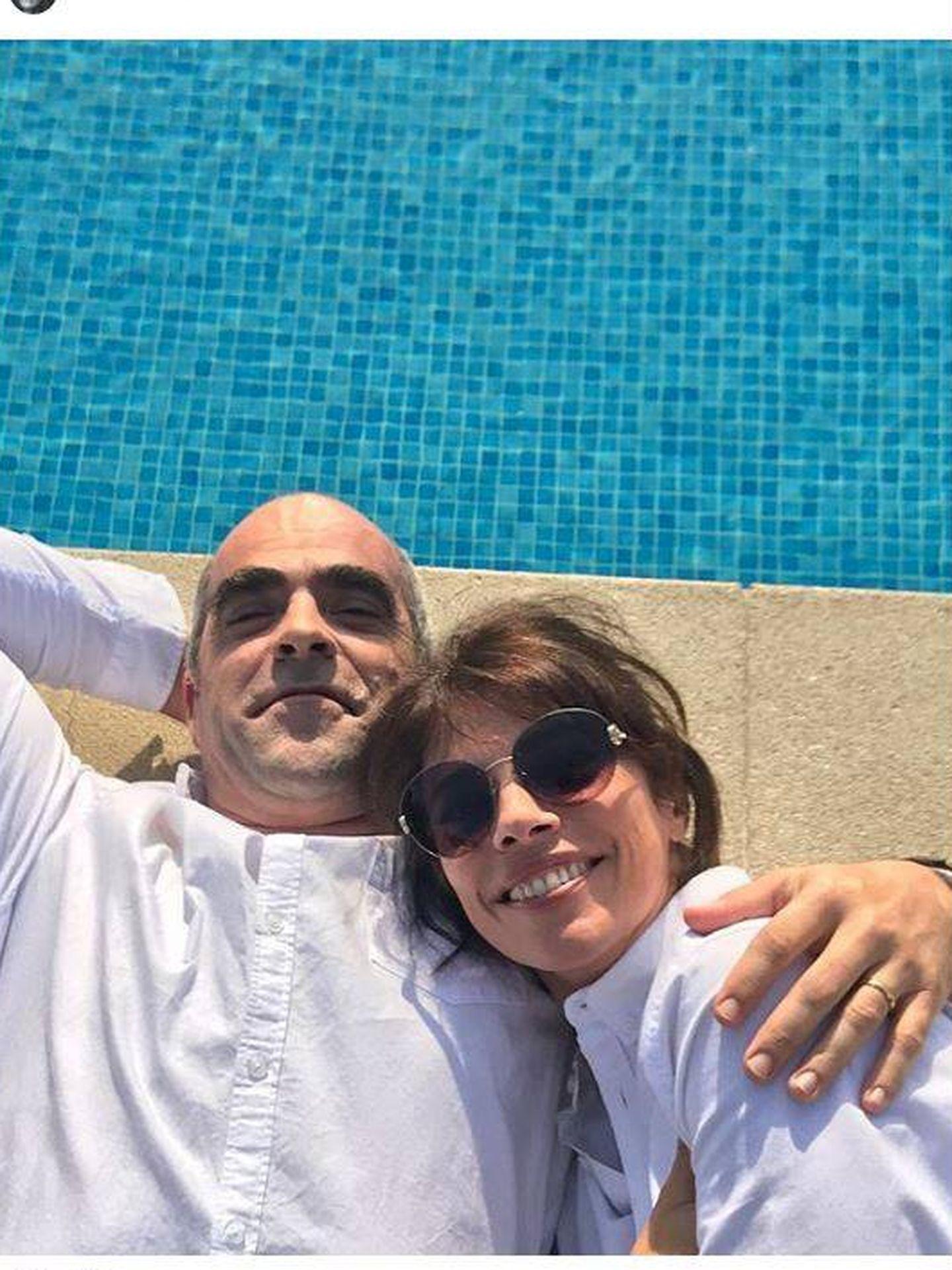 Luis y Maribel, junto a la piscina. (Instagram)