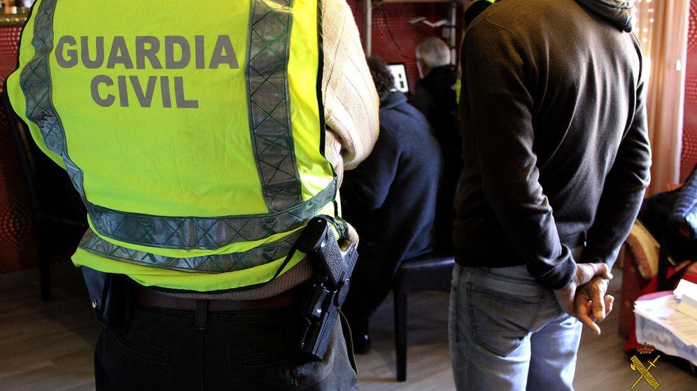 Foto: Cogían prendas del uniforme para atracar a los delincuentes y darles violentas palizas. (EFE)